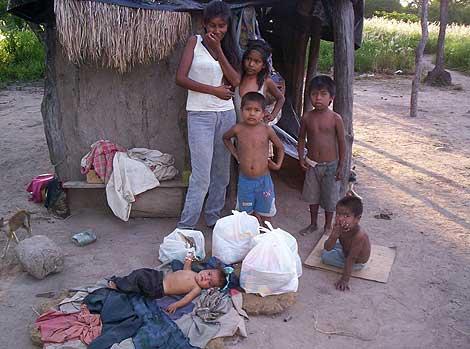 Varios niños frente a la cabaña en la que viven en la zona de El Impenetrable.