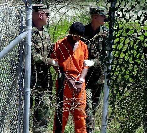 Imagen de archivo de un preso en Guantánamo en marzo de 2002. | Afp