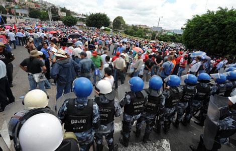 Agentes policiales presidiendo la sede de la misión diplomática. | Afp