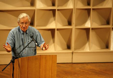 Chomsky, en su conferencia en el Teatro Teresa Carreño de Caracas. | Efe