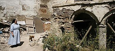 La abadesa mostrando el mal estado de las instalaciones.   M. Cubero