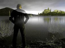Un joven observa el pantano de Ullibarri.   E.M.
