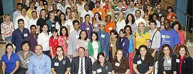 Los 98 becarios Fulbrigth posan con algunos profesores. | elmundo.es