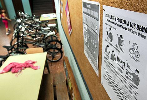 Carteles para prevenir la gripe A en un centro de Primaria. | Gonzalo Arroyo
