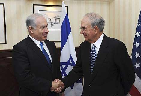Netanyahu (izquierda) y Mitchell (derecha), durante su reunión. | Reuters