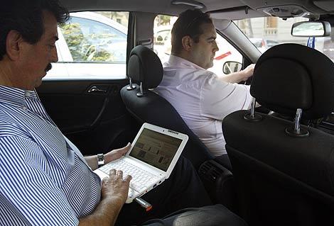Un cliente de taxi prueba el proyecto piloto. | Efe