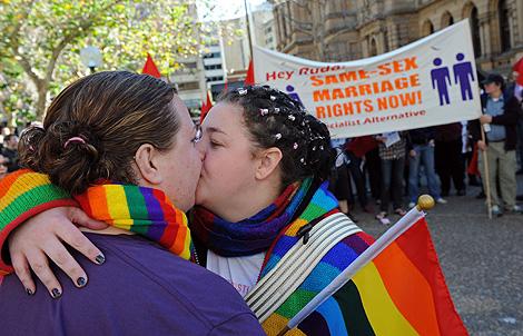 Dos lesbianas, en una manifestación en Australia para pedir el matrimonio homosexual.   AFP