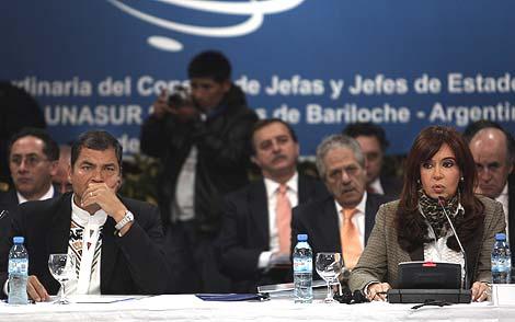 La presidenta argentina, Cristina Fernández, y su homólogo ecuatoriano, Rafael Correa, durante la cumbre de Unasur en Bariloche. | Efe