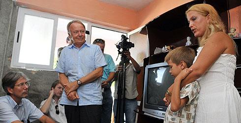 Diplomáticos europeos con la familia del disidente cubano Darsi Ferrer. | Efe