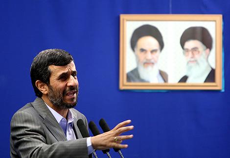 El presidente iraní, Mahmoud Ahmadinejad, durante la oración del viernes en Teherán.   Efe