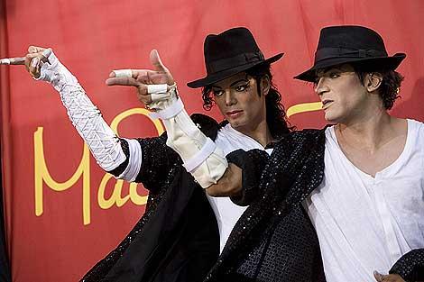 Un imitador posa con la figura de cera de Jackson en el museo Tussauds de Hollywood. | Efe