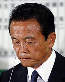 Taro Aso, tras conocer su derrota.   Reuters