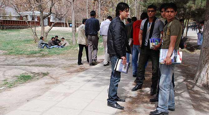 Estudiantes en el campus de la Universidad de Kabul.   M. Bernabé