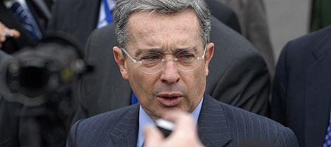 Álvaro Uribe habla con los periodistas en Bariloche. | Reuters