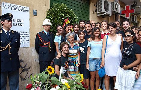Voluntarios de 'Addiopizzo' junto a la viuda del comerciante Libero Grassi, asesinado el 29 de agosto de 1991 en Palermo tras denunciar a la 'Cosa Nostra'. | Fotos: T. Guerrero