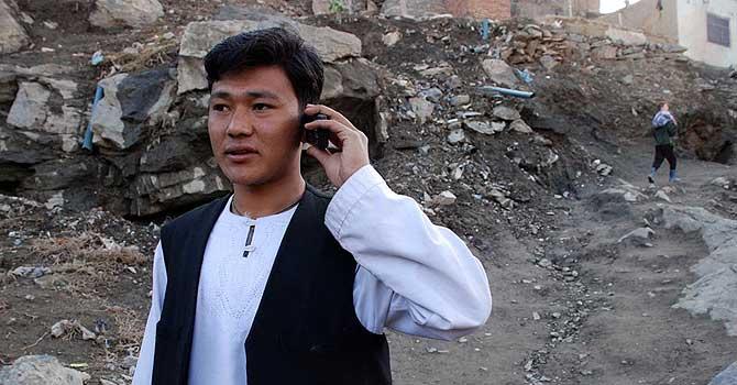 Un afgano habla por teléfono móvil en Kabul. | M. Bernabé