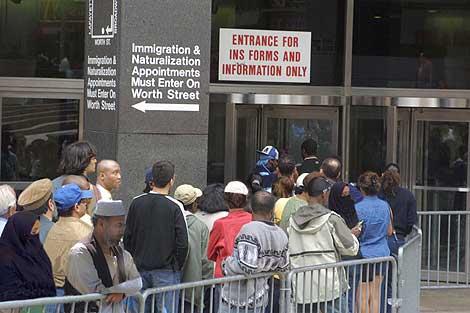 Fotografía de archivo de inmigrantes haciendo cola en una oficina de la Seguridad Social de Nueva York. | EL MUNDO