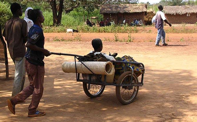 En Batangafo, los más afortunados pueden trasladar a sus enfermos en las carretillas llamadas 'pousse-pousse', o en bici. Otros muchos recorren grandes distancias a pie. (Foto: C. Furió)