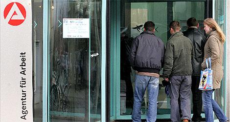 Trabajadores acuden a una oficina de empleo en la ciudad alemana de Dresde. | AFP