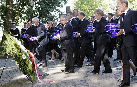 Los líderes europeos durante el homenaje en el cementerio de Gdansk. | AP