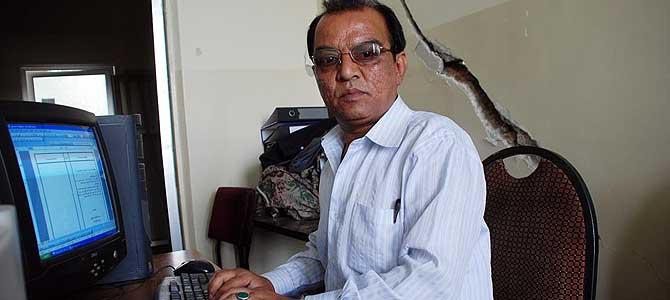 Mohammad Nabi trabaja en el Ministerio de Transporte, al lado de una pared resquebrajada como consecuencia del atentado. | M. Bernabé