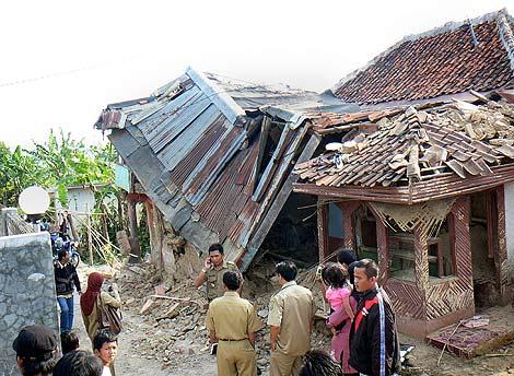 Una de las casas dañadas en Sukabumi. | Afp