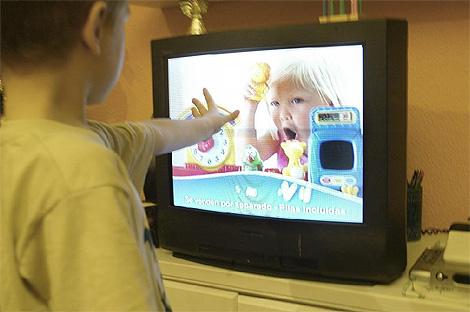 Un niño contempla un 'spot' de televisión. (Foto: Julio Palomar)