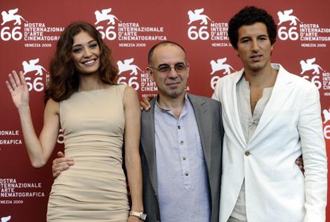 La actriz Margareth Made posa junto al director Giuseppe Tornatore y el actor Francesco Scianna en la presentación de 'Baaria'. Afp