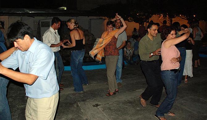 Extranjeros, bailando música salsa en Kabul.   M. Bernabé