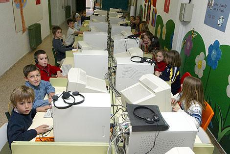 Alumnos en un aula con ordenadores. | Julio Palomar