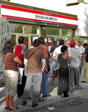 Cola de parados ante una oficina del INEM (Foto: Bernabé Cordón)