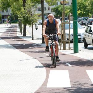 Un hombre pasea por el carril bici de Palma.   Jordi Abellà