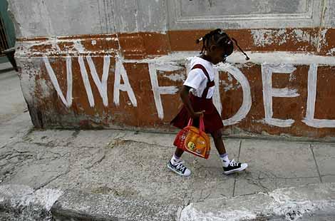 Una niña camina hacia la escuela en La Habana. | AP