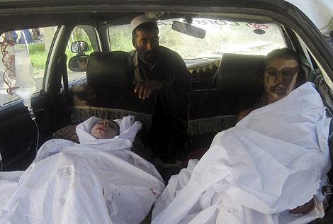 Hombres heridos trasladados en un taxi al hospital de Kurduz.   Reuters