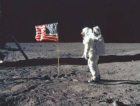 El astronauta Neil Armstrong, sobre la Luna.