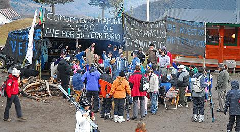 Un grupo de apoyo al pueblo Mapuche, se manifiesta en Neuquén. | La Mañana de Neuquén