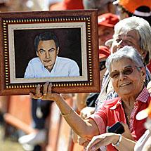 Una simpatizante, con un cuadro de Zapatero.   Reuters