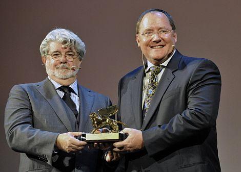 George Lucas entrega el premio a John Lasseter. | Afp