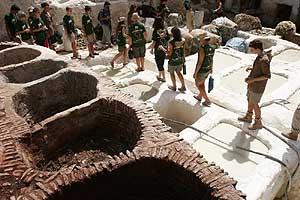 Los expedicionarios pasean entre las cubetas del barrio de los curtidores de Fez.
