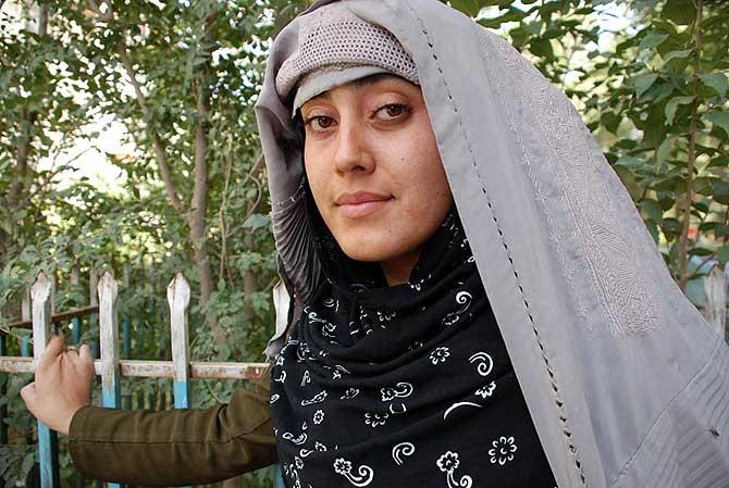 Mariam Durrani posa ante la cámara con el burqa que le sirve de protección para que no la identifiquen. (Foto: M. Bernabé)