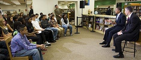 Obama, junto a su secretario de Educación, ante los escolares.   AP