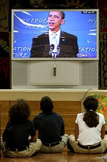 Varios niños siguen el discurso en un colegio de Manhattan.   AP