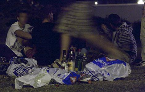 Jóvenes haciendo botellón en Pozuelo el día después de los altercados. | Gonzalo Arroyo