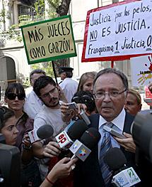 Miguel Bernard, de Manos Limpias, junto a defensores del juez.   Antonio Heredia