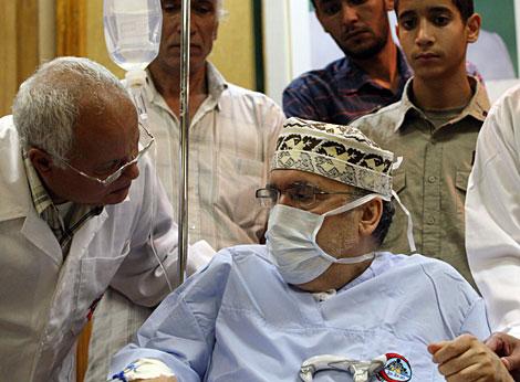 Al-Megrahi habla con un médico durante su reunión con los parlamentarios africanos. | AFP