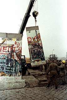 Una grúa levanta un trozo del muro de la Plaza Potsdamer Platz en 1989. | Reuter
