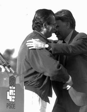 Garzón y González, en un mitin de campaña de 1993, cuando ambos eran candidatos del PSOE. (Foto Ángel Casaña)