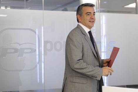 El secretario general del PP de Álava, Javier de Andrés, en su comparecencia. | Pablo González