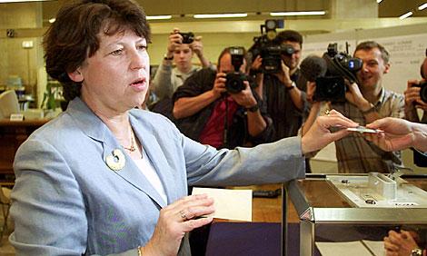 Aubry, votando en las elecciones legislativas de 2002.   AP