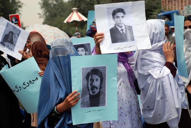Mujeres afganas se manifiestan en Kabul con fotos de desaparecidos para exigir justicia.| M. Bernabé